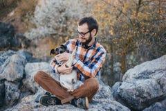 O indivíduo com o cão Foto de Stock