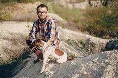 O indivíduo com o cão Fotos de Stock Royalty Free