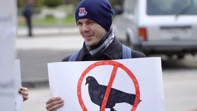 O indivíduo com o cartaz em que o pássaro é cruzado Reunião do vegetariano video estoque