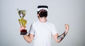 O indivíduo com vidros de VR ganhou o campeonato, cálice dourado disponivel da posse Homem com a barba no vencedor dos vidros de  Fotos de Stock