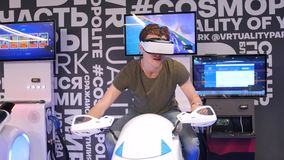 O indivíduo considerável atrativo novo monta uma motocicleta na realidade virtual Feriados, inovação, tela, néon, bicicleta, fres vídeos de arquivo