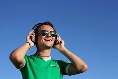 O indivíduo considerável com os vidros escuta a música fotos de stock