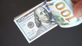 O indivíduo considera o dinheiro com suas mãos um close-up Dólares no close up 4k do braço filme