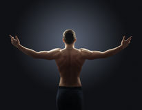 O indivíduo descamisado espalha seus braços para fora ao lado Fotos de Stock Royalty Free