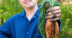 O indivíduo do retrato o fazendeiro em um chapéu de palha, camisa da veste aumenta sujo vídeos de arquivo