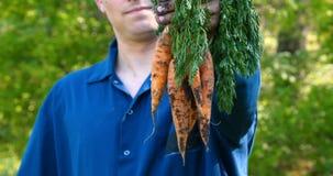 O indivíduo do retrato o fazendeiro em um chapéu de palha, camisa da veste aumenta sujo filme