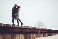 O indivíduo e a menina novos no desgaste do inverno, abraço e apreciam o cenário do inverno Imagem de Stock