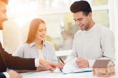 O indivíduo e uma menina estão discutindo um acordo na compra de bens imobiliários imagem de stock royalty free