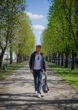 O indivíduo está andando abaixo da rua Fotos de Stock Royalty Free
