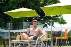 O indivíduo está descansando em um vadio do sol Imagens de Stock