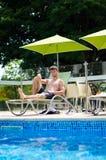 O indivíduo está descansando em um vadio do sol Fotografia de Stock