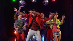 O indivíduo está na tristeza em torno de uma multidão de dança alegre dos povos Fundo preto filme