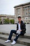 O indivíduo está sentando-se na rua Fotografia de Stock Royalty Free