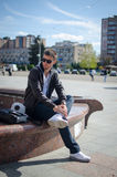 O indivíduo está sentando-se na rua Fotos de Stock Royalty Free