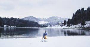 O indivíduo feliz e carismático chegou ao destino que joga abaixo do mapa e de apreciar a paisagem do lago da natureza e vídeos de arquivo
