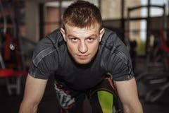 O indivíduo, homem em luvas de encaixotamento, no gym, ostenta o treinamento, Imagem de Stock