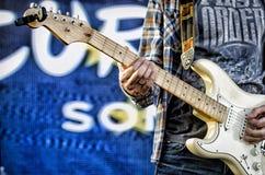 O indivíduo joga a guitarra, pescoço da guitarra fotografia de stock royalty free