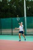 O indivíduo joga o tênis Foto de Stock