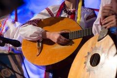 O indivíduo joga um instrumento popular amarrado Foto de Stock