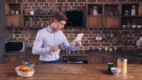 O indivíduo lê o artigo no compartimento de papel video estoque