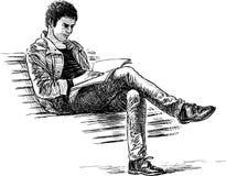 O indivíduo lê um livro Fotos de Stock