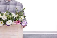 O indivíduo mostrado não está guardando completamente a caixa com rosas Fotografia de Stock