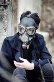 O indivíduo na máscara do revestimento e de gás retrato Cargo-apocalíptico de A imagem de stock