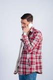 O indivíduo na moda fala no telefone Fotografia de Stock Royalty Free