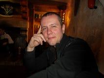 O indivíduo no bar Fotos de Stock Royalty Free