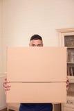 O indivíduo novo considerável está movendo-se em um outro apartamento Fotografia de Stock