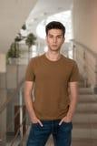 O indivíduo novo em uma camisa e em calças de brim Foto de Stock Royalty Free