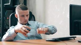 O indivíduo novo esqueceu conectar o cabo do rato ao computador filme