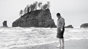 O indivíduo ousa vadear no Oceano Pacífico frio em abril Fotos de Stock Royalty Free