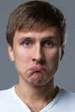 O indivíduo principal grande faz emoções loucas da cara Fotografia de Stock
