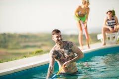 O indivíduo tattooed moderno tem o divertimento na associação aberta Foto de Stock