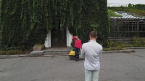 O indivíduo toma uma imagem de uma menina Disparado no zangão vídeos de arquivo
