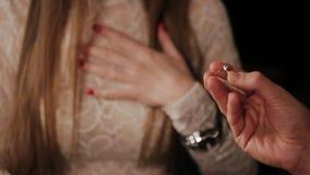 O indivíduo veste uma menina do anel de diamante