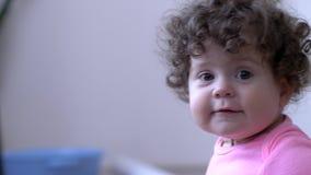 O infante feliz com ondas é jogado dentro em fundo unfocused vídeos de arquivo
