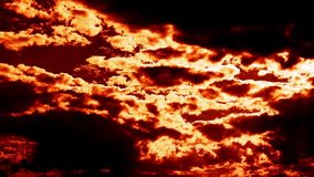 O inferno de sopro de queimadura ateia fogo à epopeia do lapso de tempo das nuvens cinemático video estoque