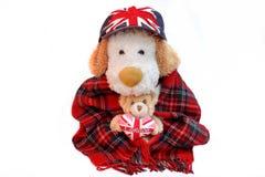 O inglês do cão e o urso de peluche velhos com Londres amam o coração Fotos de Stock