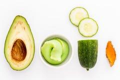 O ingrediente natural para o skincare e esfrega com pepino, abacate Fotografia de Stock