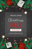 O inseto da venda do disconto do Natal com abeto ramifica, as caixas de presente de papel, doces em um fundo preto Venda sazonal  Fotos de Stock