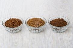 O instante liofilizou, café granula e à terra na aba de madeira Foto de Stock Royalty Free