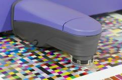O instrumento da gestão de cor do espectrofotômetro para a medida e a cor perfila a criação imagem de stock royalty free