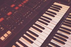 O instrumento velho do sintetizador para gerencie a música fotos de stock royalty free
