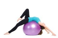 O instrutor da aptidão, mostras exercita com uma grande bola Imagens de Stock