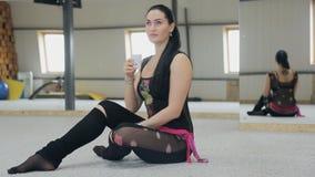 O instrutor da dança tem um resto no afer do assoalho uma classe da aptidão filme