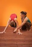 O instrutor da ioga ajuda seu estudante imagens de stock