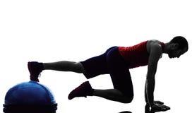 O instrutor do equilíbrio do bosu do homem exercita a silhueta da aptidão Imagem de Stock Royalty Free