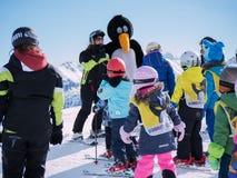 O instrutor do esqui no terno de pinguim estuda esquiadores novos Estância de esqui nos cumes, Áustria, Zams o 22 de fevereiro de Imagem de Stock